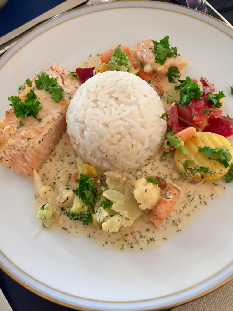 Lachs mit Sahnesauce und Gemüse